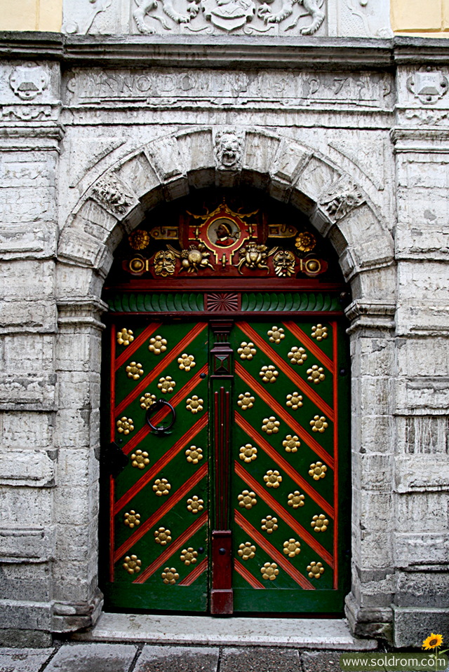 tallinn_estonia_door